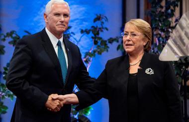 Mike Pence y Michelle Bachelet se estrechan las manos la noche de este miércoles en Santiago de Chile.