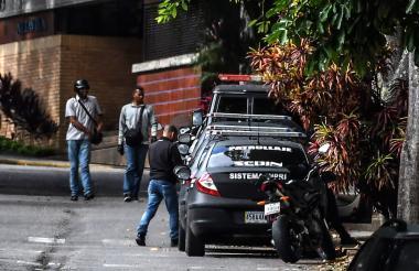 Personal y vehículos de la Sibin permanecen este miércoles en la puerta de la residencia de la exfiscal Luisa Ortega.