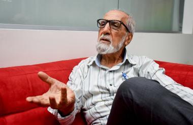 El pintor Enrique Lamas en su visita a EL HERALDO.