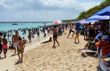 Un grupo de turistas disfrutan de Playa Blanca.