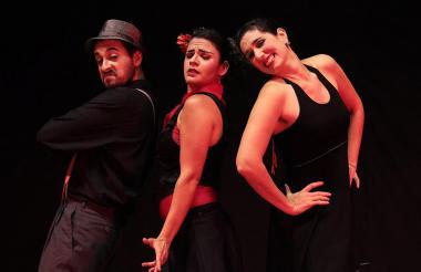 Actores de la compañía argentina Mañosa Banda de Teatro en escena.