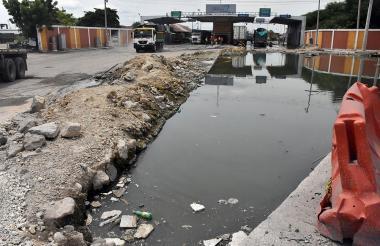 Hueco en la entrada al Puerto de Barranquilla, ubicada en la avenida Hamburgo.