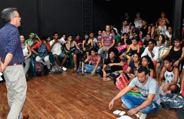 El rector Prasca dialoga con los estudiantes.
