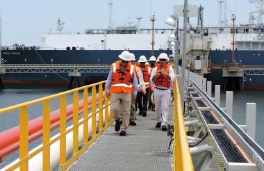 Recorrido realizado por los representantes del BID y del Gobierno de Panamá en la planta de regasificación.