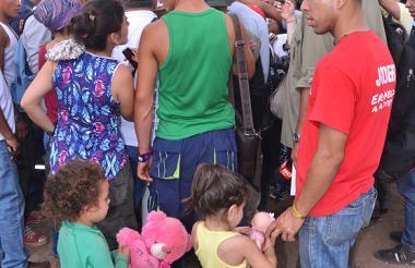 Muchos niños y familiares de los guerrilleros llegan todos los días hasta la zona transitoria de normalización.