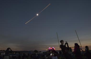 Imagen compuesta del eclipse total de sol se observa en Madras, Oregon desde el Observatorio Lowell ubicado en Estados Unidos.