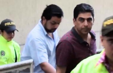 Dos de los capturados cuando eran conducidos a la audiencia de imputación de cargos.
