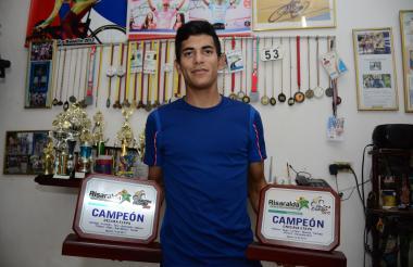 Nelson Soto exhibe los trofeos que reposan en su casa.