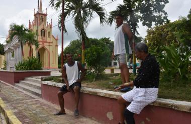 Tres habitantes de Malambo en la parque de la iglesia, los cuales manifestaron que desconocían el fenómeno.