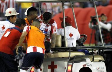Jefferson Gómez recibiendo la ayuda del médico Carlos Rolong y de Luis Narváez.