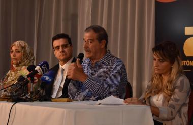 De izq. a der. Tawakkol Karman; el rector de la Uniautónoma, Ramsés Vargas; Vicente Fox , y Gloria Álvarez durante la rueda de prensa.