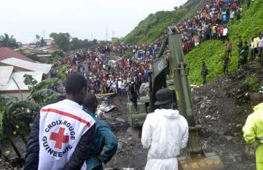 Personal de rescate atiende la zona de la catástrofe.