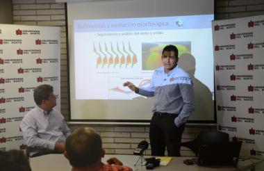 El ingeniero Humberto Ávila explica las funciones que realizará el observatorio de la Universidad del Norte.