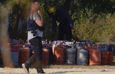 Oficial de la Policía camina ente unos 120 cilindros de gas decomisados en Alcabar, a 200 km de Barcelona.