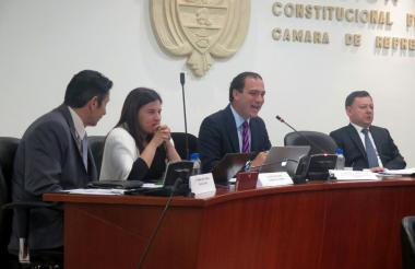 De izq a der: Germán Castro, director de la Creg; Rutty Ortiz, viceministra de Energía; José Miguel Mendoza, superservicios, y Ciro Ramírez, presidente de la Comisión VI, durante el debate.