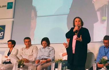La ministra Clara López en su intervención en el foro.