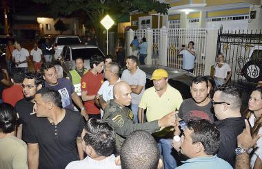 Los afectados reciben instrucciones de la Policía para permitir la salida de los empleados de la empresa.