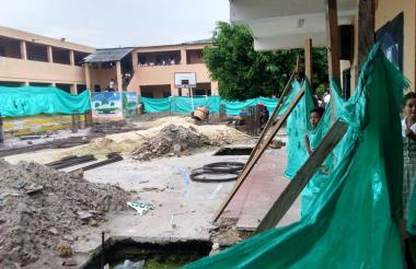 Un estudiante del colegio Comercial observa el estado de las obras que se realizan en la cancha.