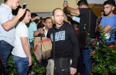 Momento en el que las autoridades custodiaban la salida de los empleados de la empresa.
