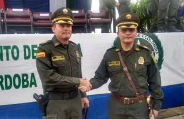 Coronel Engelbert Grijalba (izquierda), comandante saliente del Departamento de Policía Córdoba y el coronel Marcelo Russi, comandante entrante.