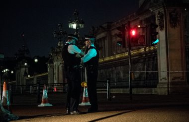 Oficiales de la policía hacen guardia frente al Palacio de Buckingham.