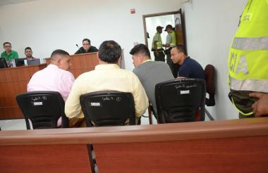 Fredy Enrique Morelo Morelo (camiseta azul) y el quindiano Deison Andrés Valencia Grajales (camiseta gris), en la sale siete del Centro de Servicios Judiciales.
