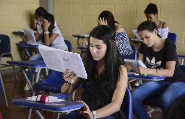 Jóvenes presentan las pruebas del Icfes en la Universidad del Atlántico.