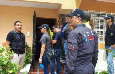 Funcionarios del CTI de la Fiscalía y la Sijín durante el operativo en la casa donde funcionaba Magitek.