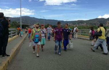 No se ven muchos rostros alegres en la frontera entre Colombia y Venezuela en el puente Simón Bolívar.