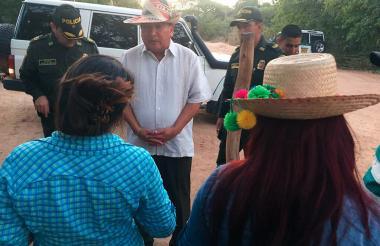 El gobernador (e) de La Guajira, Weildler Guerra Curvelo, dialoga con habitantes de Paraguachón.