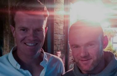 Wayne Rooney junto a un aficionado.