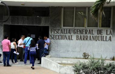 Clientes de Merlim Network ayer lunes en la entrada de la Fiscalía.
