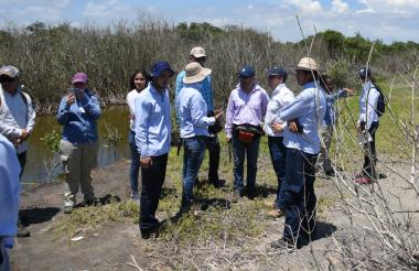 Funcionarios de las distintas entidades visitando el kilómetro 19, de la vía Barranquilla-Ciénaga.