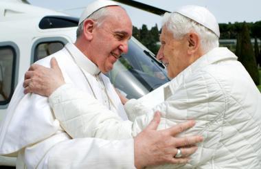 El papa emérito Benedicto XVI y el papa en plenos poderes, Francisco, en uno de sus encuentros en Roma.
