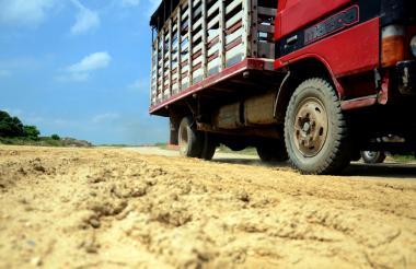 Un camión pasa por uno de los tramos sin terminar de la Vía de la Prosperidad.