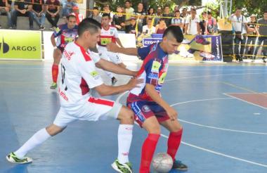 Rionegro e Independiente jugando en el coliseo de la CUC.