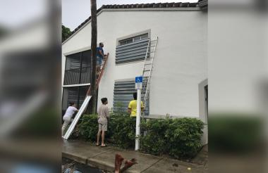 Preparando su casa para la llegada del huracán.
