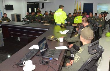 Los policías asistentes al Comité de Vida escuchan la intervención de un agente de la Sijín.