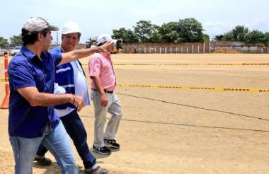 El alcalde Char, en compañía de uno de los contratistas, inspecciona el avance de la obra.