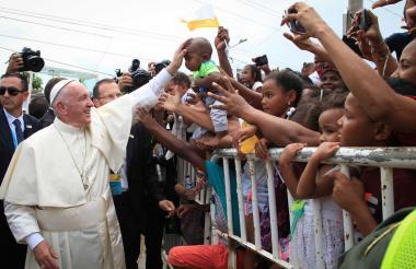 El Papa bendice a un niño en Cartagena.