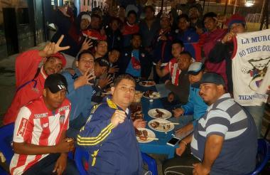 Los barristas de Junior compartiendo una comida con sus pares de Cerro Porteño, en Paraguay.