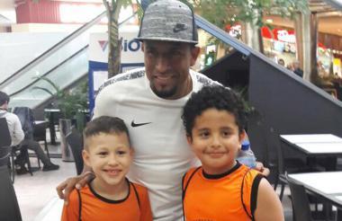 Farid Díaz y un par de hinchas de Olimpia.