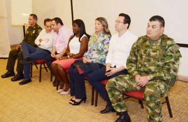 El panel de autoridades que anunciaron el convenio en aras de la seguridad.