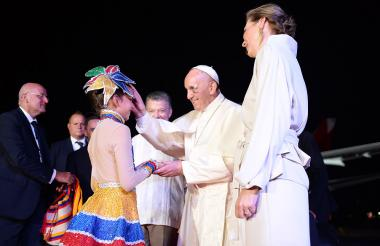 El Papa da la bendición a la niña de 11 años.