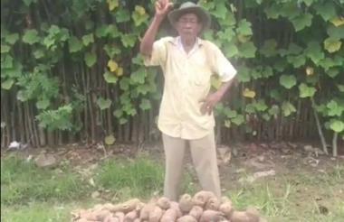 Uno de los campesinos que ahora son 'youtubers' para promocionar el ñame.