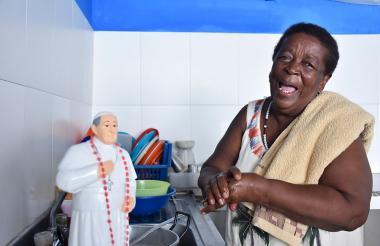Lorenza carga en el hombro la toalla con la que el Papa limpió su herida.