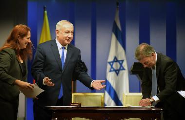 El Primer Ministro de Israel, Benjamín Netanhayu, y el presidente de Colombia, Juan Manuel Santos, firman el convenio de cooperación entre las dos naciones.