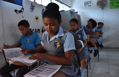 Estudiantes del colegio Santo Domingo de Guzmán responden las pruebas.