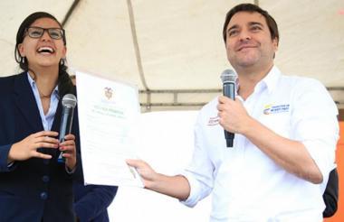 Jaime Pumarejo entrega la escritura a una beneficiaria de los subsidios para vivienda que otorga el Gobierno Nacional.