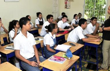 Estudiantes en un aula de clases.